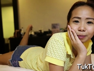 Delectable asian bombshell gets splintered and gives head