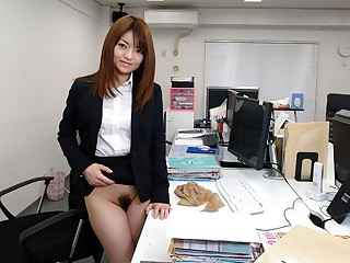 Kimoko Tsuji in Kimoko Tsuji gives an awesome blowjob at the office and gets cumshot - AvidolZ