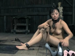 Inviting sweetie likes to play with her snatch
